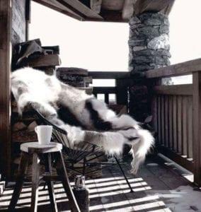 Terrasse-im-Winter-kuschelig-und-einladend-einrichten-mit-Pelz--und-Felldecken