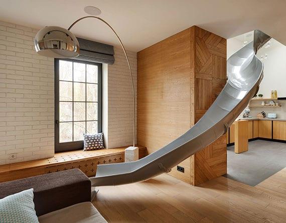 originelle gestaltungsidee für moderne maisonnette-wohnungen mit einer rutsche im wohnzimmer