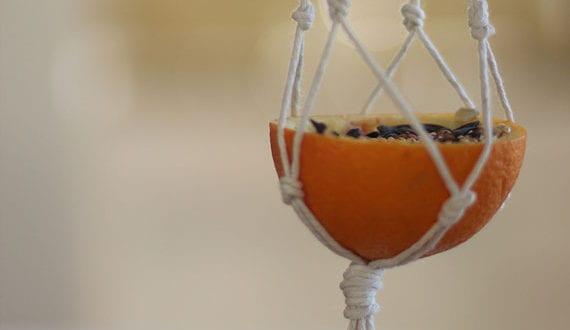 coole-deko-ideen-für-garten-mit-diy-vogelfutterspender-aus-orange