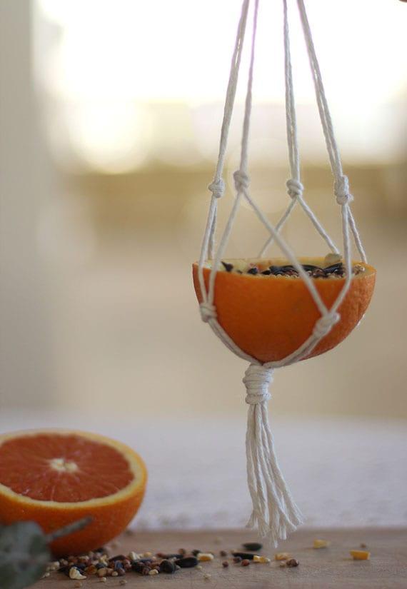 basteln mit orangen_vogelfutterspende selber machen aus orangenschale und makramee
