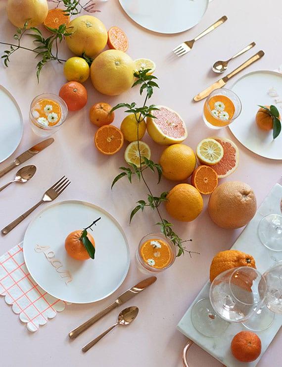 attraktive und natürliche tischdekoration mit orangen, mandarinen, zitronen und grapefruits