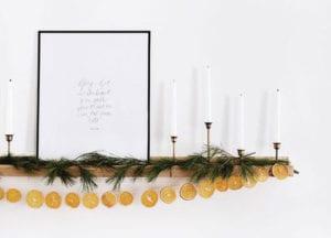 coole-deko-ideen-mit-orangengirlande-für-schlichte-und-moderne-weihnachtsdeko-am-kamin