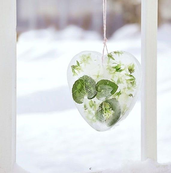 coole diy eisdekorationen mit frischen blüten und grünen blätern basteln als natürliche und originelle winterdeko für garten und terrasse