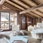 rustikales wohnzimmer unter holzdachschräge modern und winterlich einrichten mit designer möbeln und kuscheligen pelzteppichen