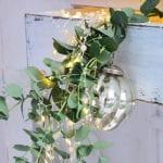 coole winter dekoideen im Vintage Stylemit grünes led-lichtern und weihnachtsschmuck