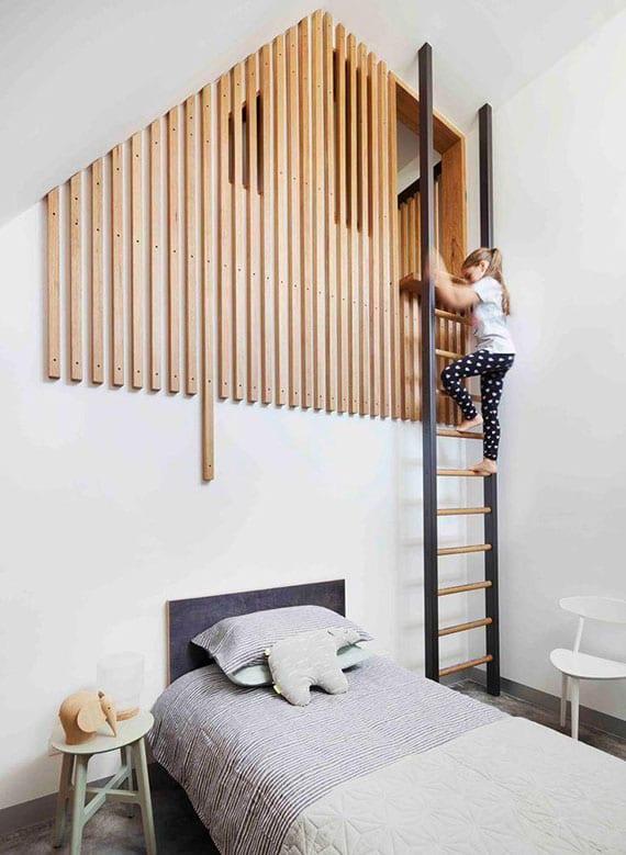 coole kinderzimmer design mit wandgestaltung aus holzlatten und metallleiter zum erhöhten spielplatz unter dem dach