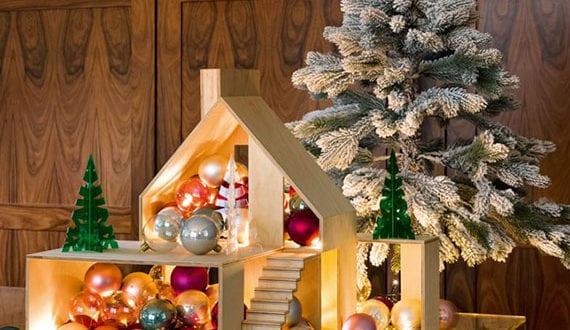 fantastische-deko-mit-weihnachtskugeln-im-pupenhaus-aus-holz