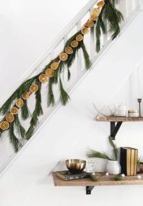 frische-und-coole-deko-ideen-zu-weihnachten-mit-selbstgemachter-girlande-aus-tannengrün-und-orangen