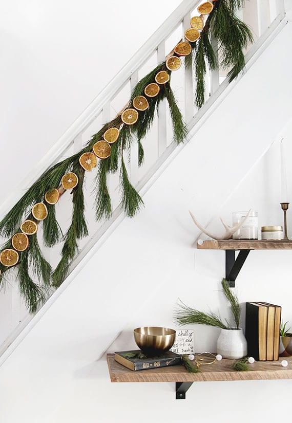 girlade aus immergrünzweigen und orangenscheiben als diy weihnachtsdeko für die treppe