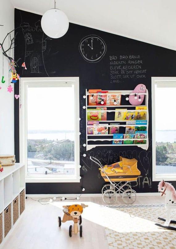 attraktives kinderzimmer design mit schwarzer tafelwand als akzentwand, ikea regal mit weidenkörben für spielzeugen und bücheregal als wanddeko