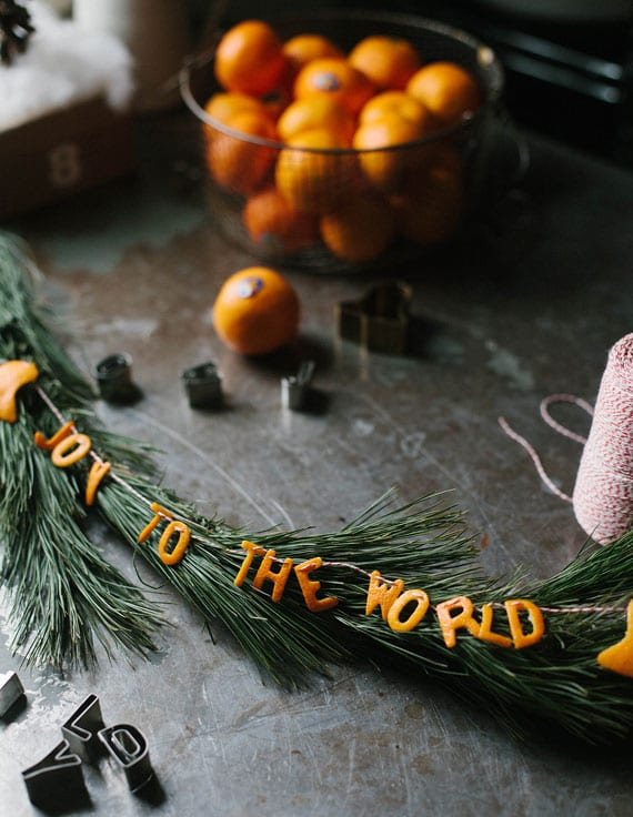 DIY Weihnachtsdeko ideen mit natürlichen girlanden aus tannenzweigen und orangenschalen