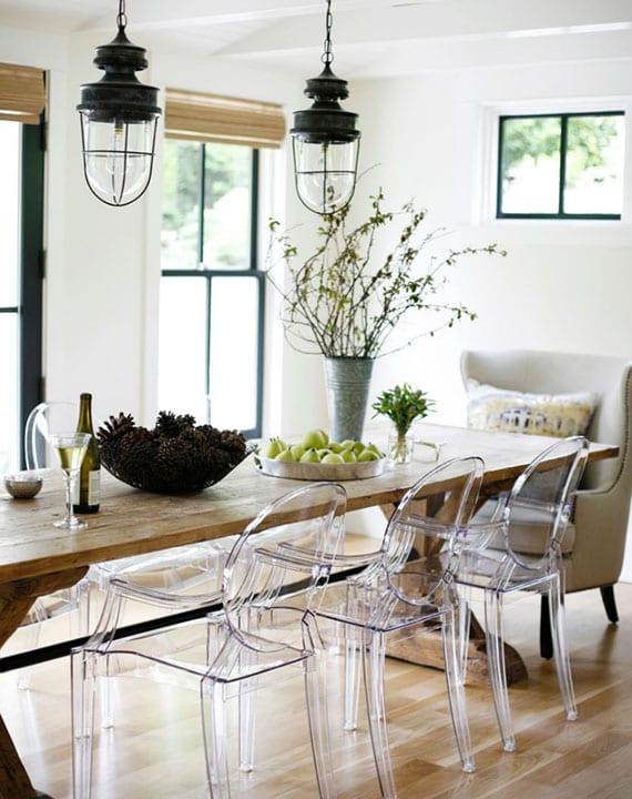esszimmer modern und gemütlich einrichten im farmhausstil mit rustikalem holzesstisch, modernen acrylglasstühlen und vintage-hängelampen
