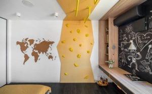 ideen für moderne kinderzimmer mit kletterwand und lernbereich mit tafelwand als akzentwand hinter holzschreibtisch