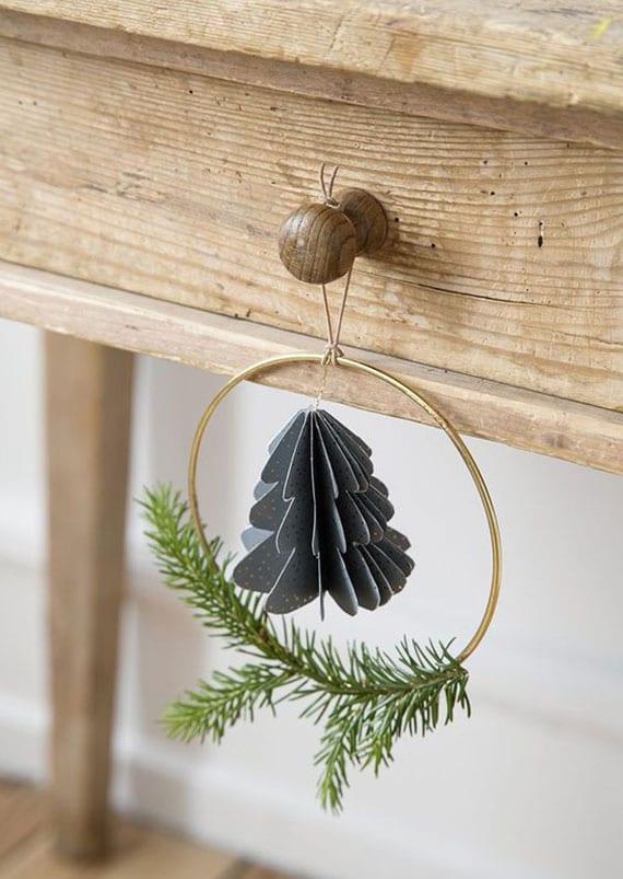 coole bastelidee für einfache DIY Weihnachtsdeko aus papier_christbaumschmuck mit tannengrün und 3D weihnachtsbaum in metallring