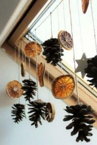 natürliche-coole-deko-ideen-mit-zapfen-und-orangen-als-einfache-DIY-Weihnachtsdeko