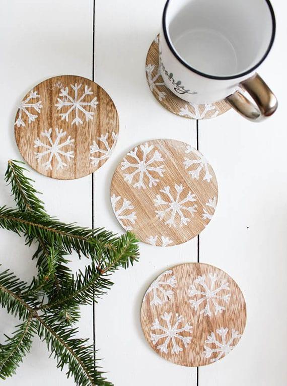einfache und tolle bastelidee für Schneeflocke-Untersetzer aus holz als rustikale Tischdeko und originelles diy weihnachtsgeschenk