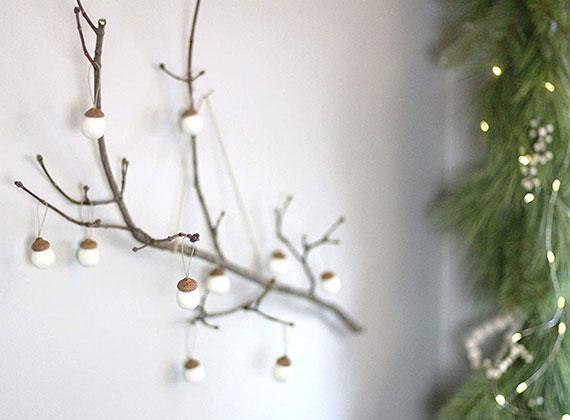 coole wohndeko idee im weiß aus zweigen, eicheln und micro leds