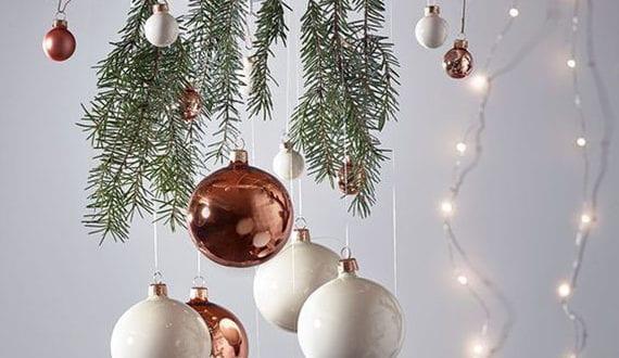selbstgemachte-deko-mit-weihnachtskugeln-und-lichterkette
