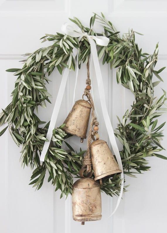 einfache bastelidee für winterdeko mit diy türkranz aus olivenzweigen und glocken