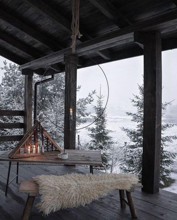 atemberaubende terrassengestaltung im winter mit holzmöbeln und originellen diy kerzenhalter als coole hängedeko und natürliche tischdeko