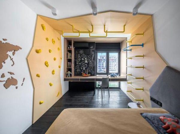 modernes Kinderzimmer mit schwarzen holzboden, kletterwand in gelb und schreibtisch vor fenster mit akzentwand in tafelfarbe schwarz