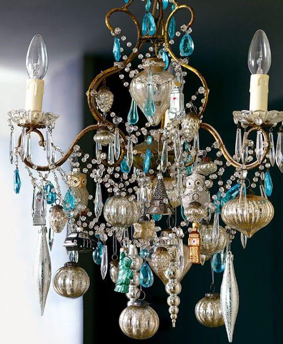 Kronleuchter Deko zu Weihnachten in silber und blau mit girlande aus glasperlen und weihnachtskugeln in verschiedenen formen