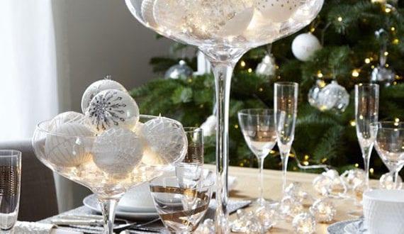 weihnachtliche-tisch-deko-mit-weihnachtskugeln-in-glas-und-weihnachtslichtern