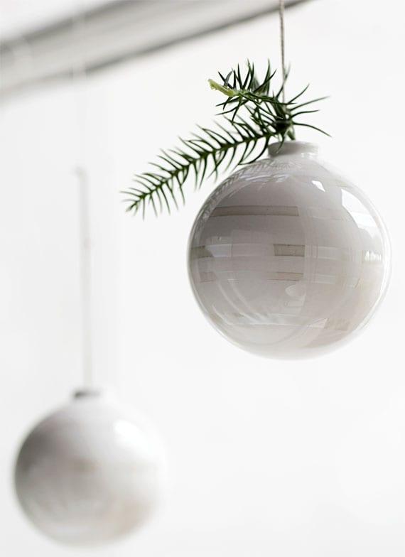 stilvolle weihnachtsdeko für fenster mit keramikkugeln in weiß