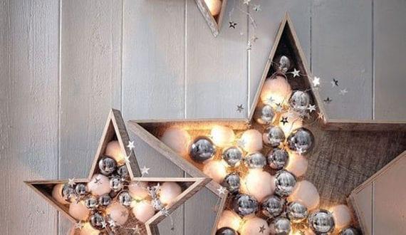 attraktive-diy-deko-mit-weihnachtskugeln-in-holzsternen-als-schöne-und-leuchtende-weihnachtsdeko-für-wand-und-sideboard