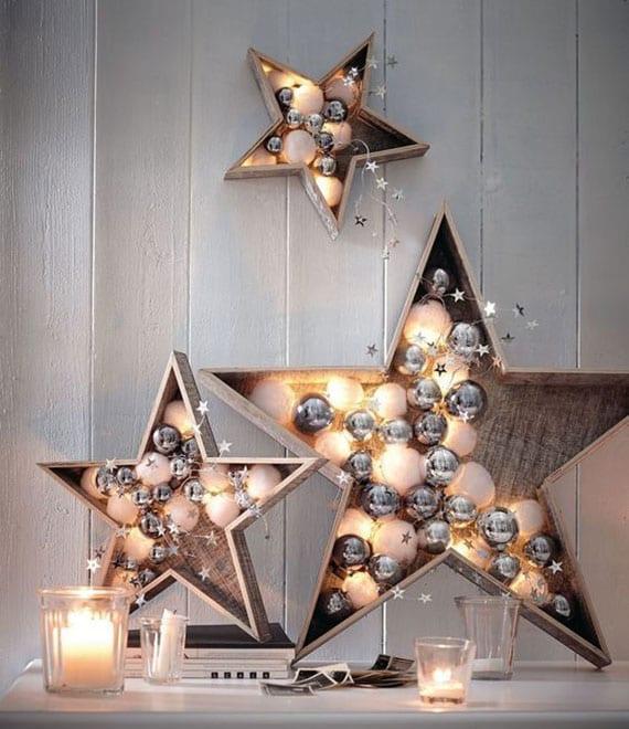 sideboard weihnachtlich dekorieren mit diy hßolzsternen und kleinen christbaumkugeln in silber und wei