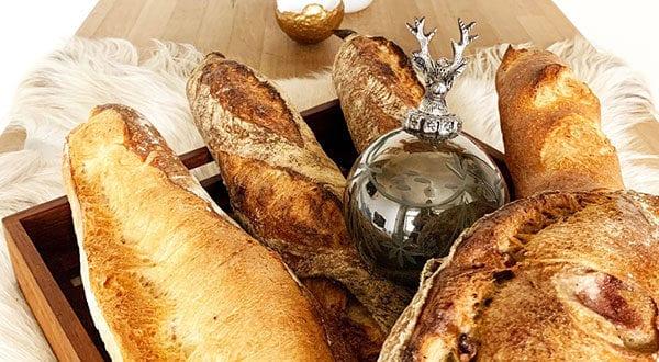 attraktive-und-stilvolle-deko-mit-weihnachtskugeln_Baumschmuck-als-Herzstück-für-den-Tisch