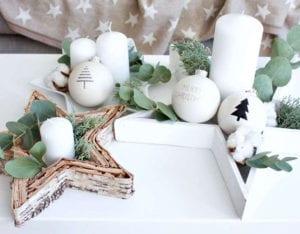 coole-idee-für-DIY-adventskranz-durch-die-deko-mit-weihnachtskugeln-und-kerzen-in-sternförmigen-schalen