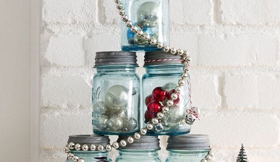 deko-mit-weihnachtskugeln-in-einweckgläsern-als-idee-für-diy-weihnachtsbaum