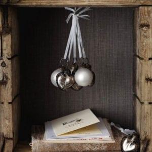 einfache-diy-deko-mit-weihnachtskugeln-und-rustikalem-charme