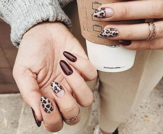 coole nageldesign ideen für schicke maniküre im winter mit einem leopardenmuster in nude-braun