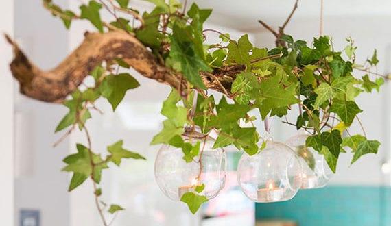 inspirierende-deko-mit-weihnachtskugeln-aus-glas-als-hängende-teelichthalter-über-esstisch