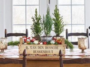kreative-deko-mit-weihnachtskugeln-in-holzkiste-als-tischdeko-zu-weihnachten-in-farmhaus-stil