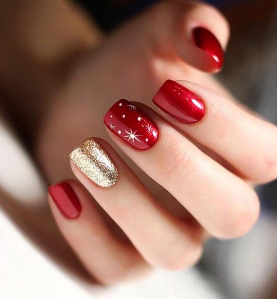 schöne silvester-maniküre in rot und goldglitzer für kurze fingernögel