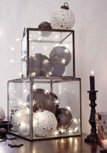 moderne-deko-mit-weihnachtskugeln-in-weiß-und-schwarz