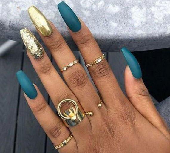ausgefallene wintermaniküre mit schlichtem nageldesign im Metallic-Look, nagellack matt blau und glitter in gold