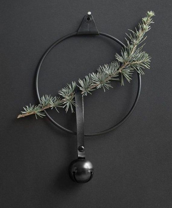 attraktive wanddeko selber machen mit metallring in schwarz, tannengrünn und glocke mit lederband