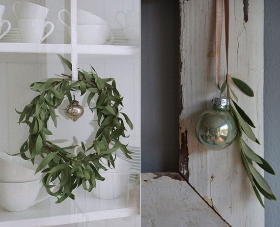 wand und regale weihnachtlich dekorieren mit einer antiker christbaumkugel und grünen zweigen