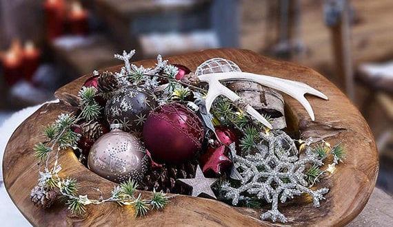 rustikale-und-festliche-deko-mit-weihnachtskugeln-in-schale-aus-treibholz