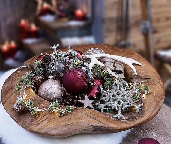 weihnachtliche deko mit zapfen und christbaumkugeln in einer holzschale arrangieren