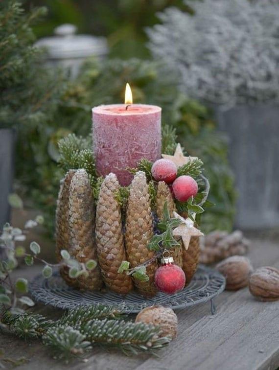 weihnachtliche deko idee mit diy kerzenhalter aus zapfen, tannengrün und roten weihnachtskugeln