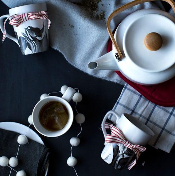 schöne keramiktassen in marmoroptik selber machen als diy weihnachtsgeschenk