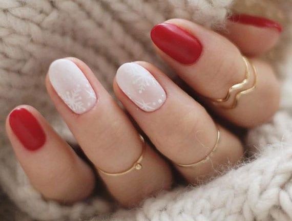 elegante und stimmungsvolle farbkombination für wintermaniküre in rot und weiß mit weißen schneeflocken