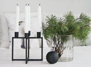 skandinavische-deko-mit-weihnachtskugeln-und-kerzen-und-tannengrün