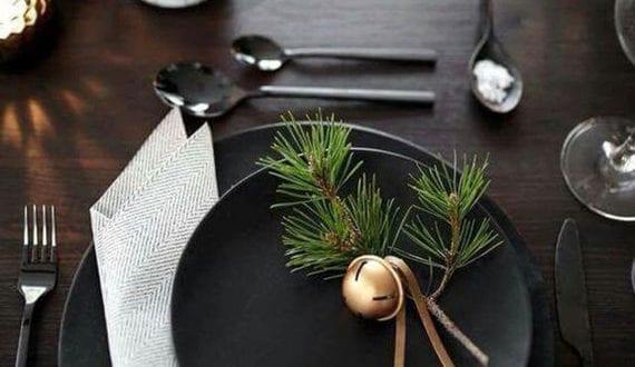 stilvolle-teller-deko-mit-weihnachtskugeln-und-tannengrün