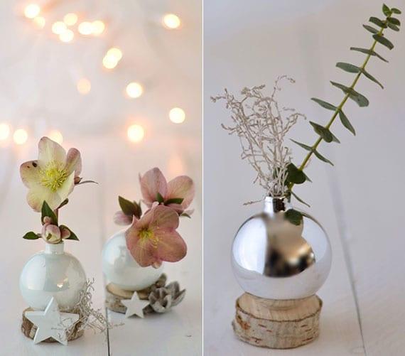 cooles basteln zu weihnachten mit kleinen christbaumkugeln in weiß und silber für tolle tischdeko mit frischen blüten in selbtgemachten kugel-vasen auf mini holzscheiben